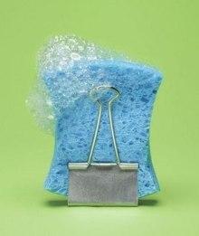 Поддерживать губку для мытья посуды сухой поможет зажим для бумаг.