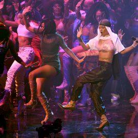 Rihanna, a la derecha, actœa en la ceremonia de los Premios MTV a los Videos Musicales el domingo 28 de agosto del 2016 en el Madison Square Garden de Nueva York. (Foto por Chris Pizzello/Invision/AP)