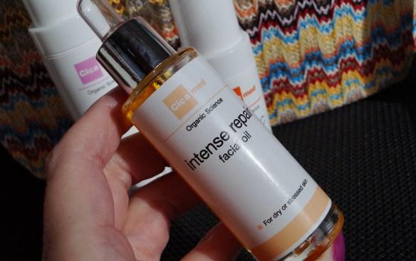 Cicameds intense repair facial oil är djupverkande och stärker huden.