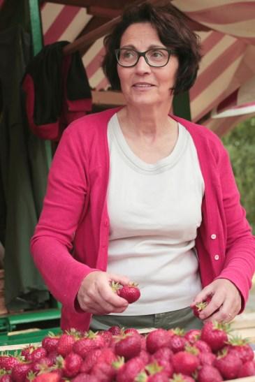 Susanne Offenbeck beim Erdbeerenabwiegen