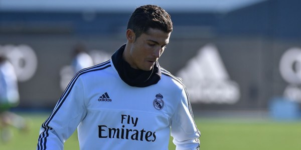 Real Madrid forward Cristiano Ronaldo practices his ball skills during a team training session during the International Champions Cup tournament in Melbourne on July 20, 2015. AFP PHOTO / Paul CROCK -- IMAGE RESTRICTED TO EDITORIAL USE - STRICTLY NO COMMERCIAL USE
