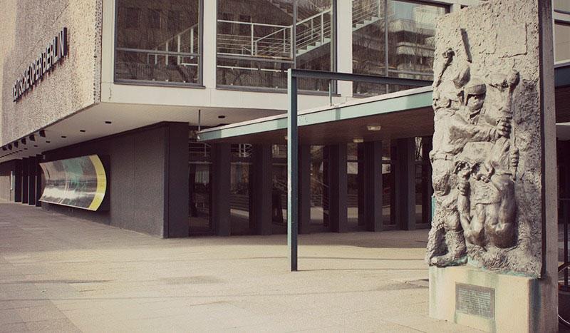 Alfred Hrdlickaren 'Manifestariaren Heriotza', Deutsche Oper eraikinaren alboan, Charlottenburgen.