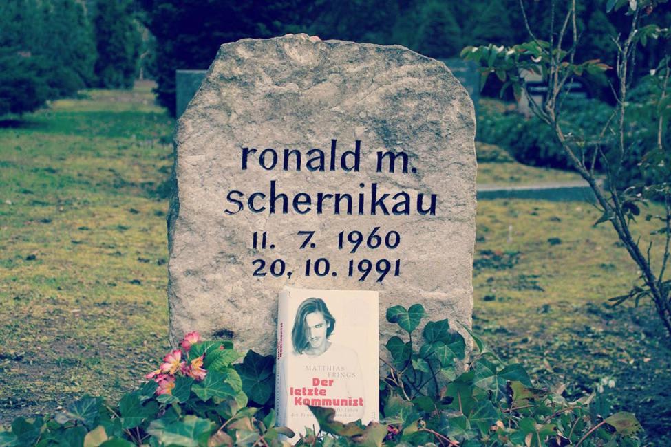 Roland M. Schernikauen hilarria, Berlingo Friedrichshain auzoko Georgen-Parochial hilerrian. Azpian, Matthias Frings lagun minak idatzi biografia.