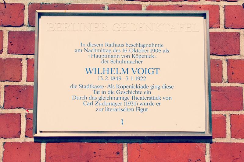Plaka hauxe dago Wilhelm Voigten oroipenean Köpenickeko udaletxeko sarreran.