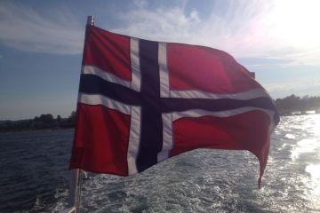 Oslo: Fähre mit Norwegenflagge