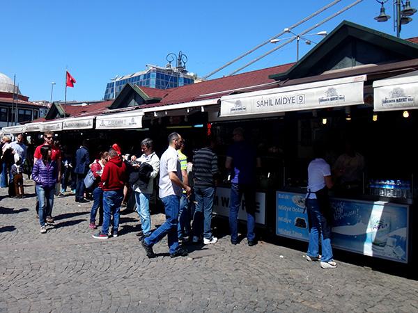 Kumpirstände im Hafen von Ortaköy in Istanbul