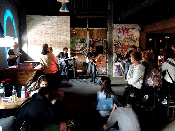 Fans der katalanischen Band Mishima besuchen eine Akustikshow der Jungs im Haubentaucher, Berlin.