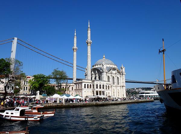 Ortaköy-Moschee und Brücke in Istanbul vom Boot aus fotografiert