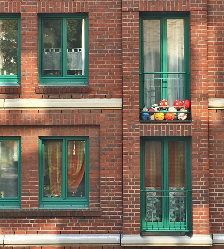 Bälle auf Balkon in Hamburg St. Pauli