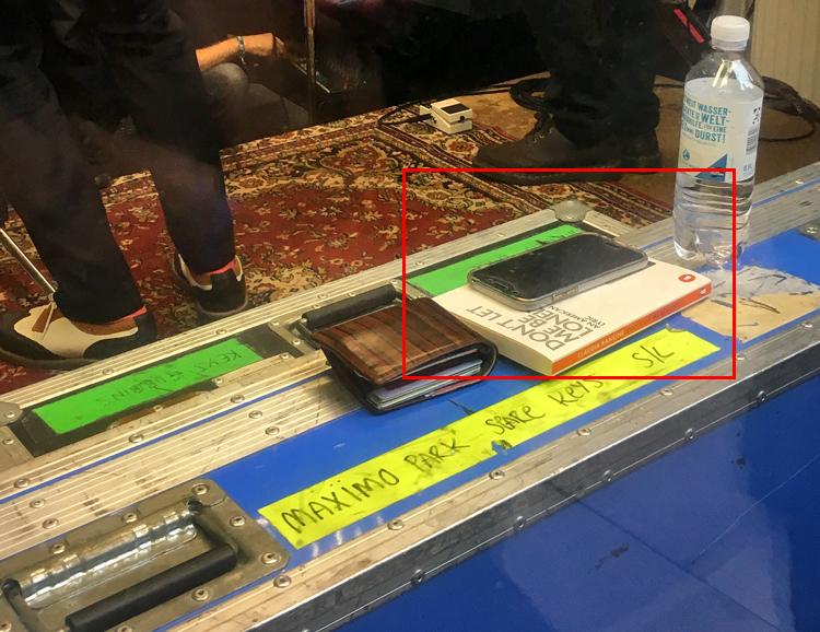 Brieftasche, Buch und Telefon von Maximo Park Sänger Paul Smith, nachdem er es im Schaufenster bei Michelle Records abgelegt hat.
