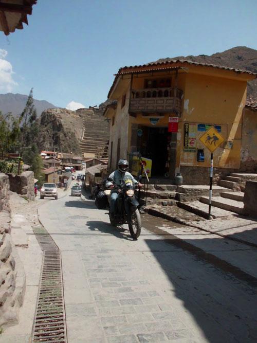 Motocando em Ollantaytambo