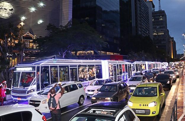 14/12/2015- São Paulo- Brasil- Desde o último dia (06/12), mais de 50 ônibus decorados com luzes de Natal estão circulando pela cidade de São Paulo. Os ônibus decorados, entre eles um trólebus, foram apresentados com um desfile especial, que passou pela região central, Avenida Paulista e parque Ibirapuera, um dos principais cartões postais da cidade, no início da noite.