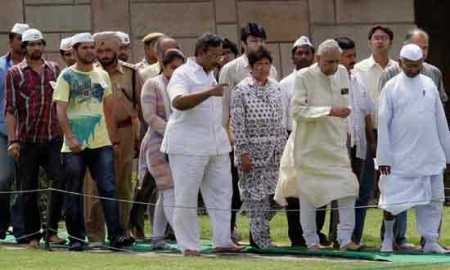 eam Anna arrives at Rajghat to hold day-long protest at Rahghat (Courtesy: Bhashkar)