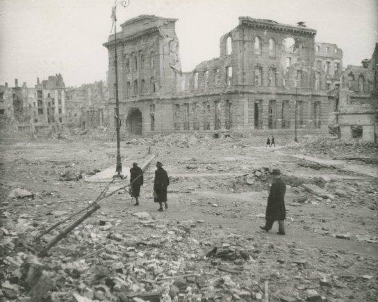 Warszawa 1945 r., źródło: Gazeta Wyborcza