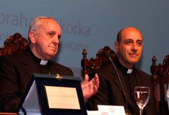 http://www.periodistadigital.com/religion/vaticano/2015/02/21/cardenal-bergoglio-con-la-sotana-de-su-predecesor-iglesia-religion-dios-jesus-papa-obispo.shtml
