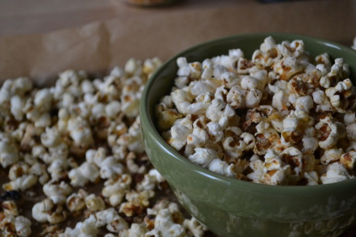 Cheesy Parmesan Popcorn. Full recipe on BigTasteTinySpace.com