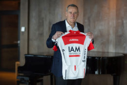 Michel Thétaz, le patron de IAM Cycling, a présenté le nouveau maillot de l'équipe  ce 9 décembre à Montana. Photo IAM - Merot