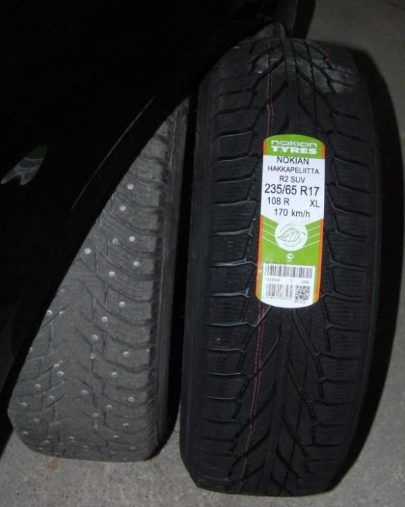 Nokian Hakka 8 dubbdäck på bilen inkörda för att greppa på vinterns första svartis. Bredvid väntar Nokian R2 utan dubb på jämförande prov.