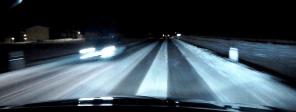 Foto från en Volvo XC60 modellår 2015 med det aktiva helljusets avskärmning aktiverad för både mötande och upphunnen bil på mörklagd landsväg.