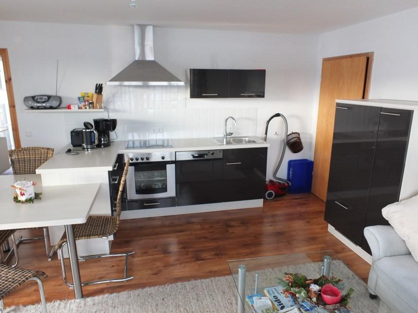 Küche mit Sitzecke und neu großem Esstisch