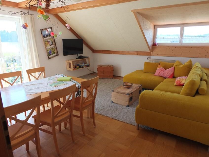 Wohnzimmer mit Südostbalkon