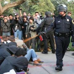 Video muestra a policías usando spray pimienta contra estudiantes pacíficos