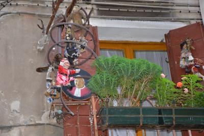 Weird-balcony-decorations.jpg
