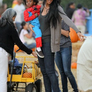 kimora-lee-simmons-and-family-at-the-pumpkin-patch-7