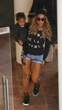 2-Beyonce-and-Blue-Ivy-storming-through-the-airport