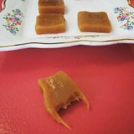 Auðvitað varð ég að smakka karamellurnar.