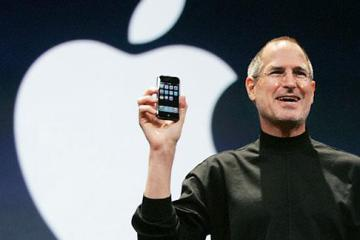 Steve-Jobs-with-iphone