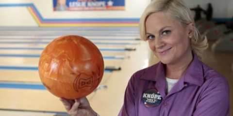 Leslie (Amy Poehler)  looks to court a certain voter with bowling skills.