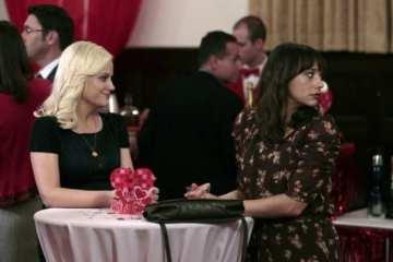 Leslie (Amy Poehler) and Ann (Rashida Jones) await her dating prospects.
