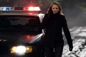 Emma (Jennifer Morrison) arrives at the crime scene.