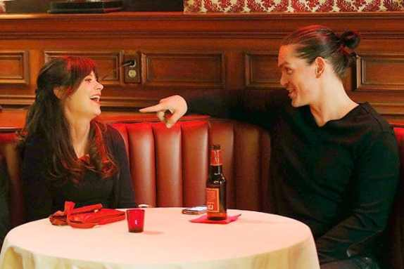 Jess (Zooey Deschanel) flirts with football player Jax (Steve Howey).