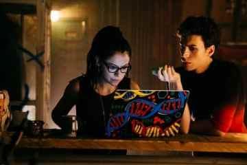 Cosima (Tatiana Maslany) and Felix (Jordan Gavaris) research project LEDA.