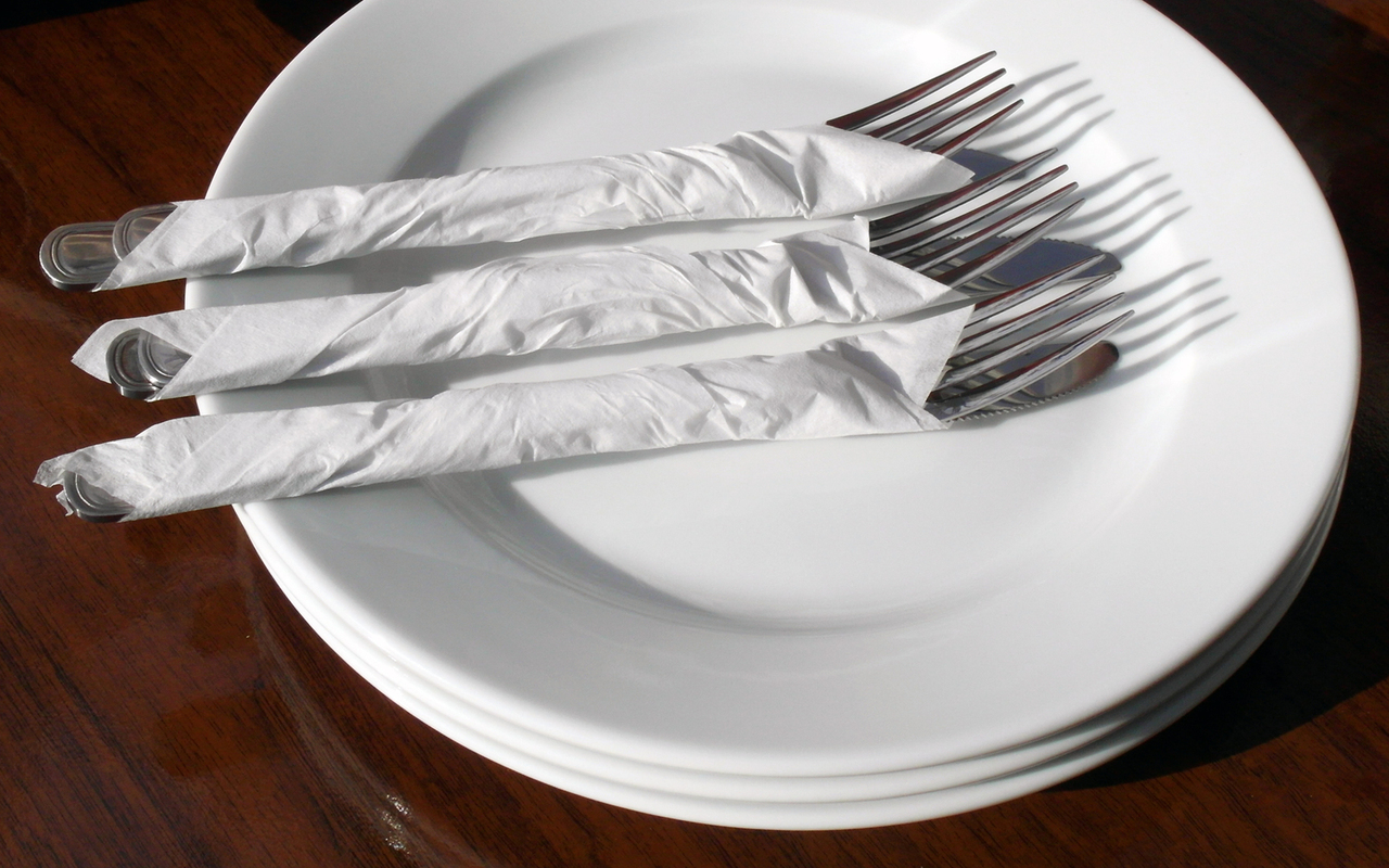 empty-plate-with-forks-and-knifes-
