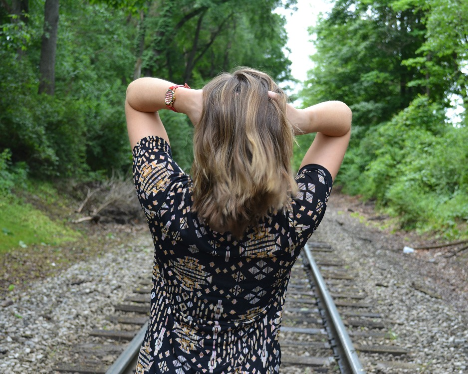 How I Style Fine/Thin Hair- When your hair is shoulder-length you may think that there aren't many things to do with it, but that's so wrong! Step out of your comfort zone and try a new style! Read more to find out how I get beachy waves!