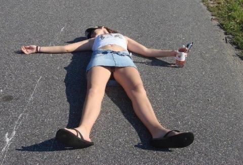 飲酒女達がおぱんちゅを広げて倒れてる、これはレ●プされても仕方ないと思う画像!!!!!!!!!!