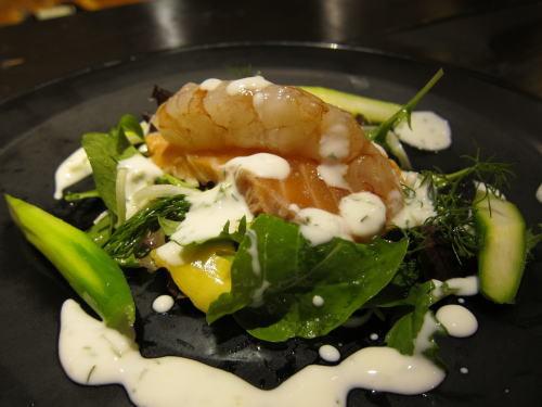 自家製ノルウェーサーモンのスモークと赤海老のコブシメサラダ仕立て