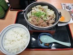 吉野家、今年も「牛すき鍋膳」好調 11月売上高19%増 「プレミアム牛めし」の松屋は0.9%減