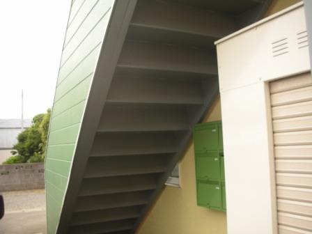 鉄骨階段の裏側