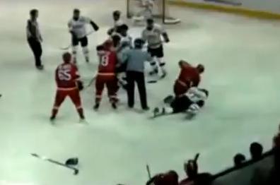 アジアリーグアイスホッケーで中国選手、韓国選手からの悪質な反則にブチ切れ → 首投げからのマウントパンチでフルボッコにする (動画)