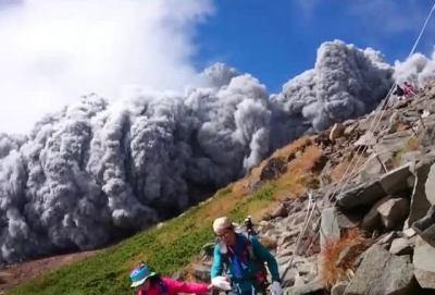 御嶽山が噴火、登山客1名死亡、32人が重軽傷16人意識不明 … 発生当初は250人ほどが山頂付近に取り残される