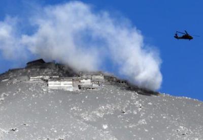 御嶽山噴火、朝から救助活動再開、自衛隊ヘリコプターで3人救助、岐阜県側では子供含む20人余りが自力下山 … 長野県側で35人、岐阜県側で7人の計42人が重軽傷