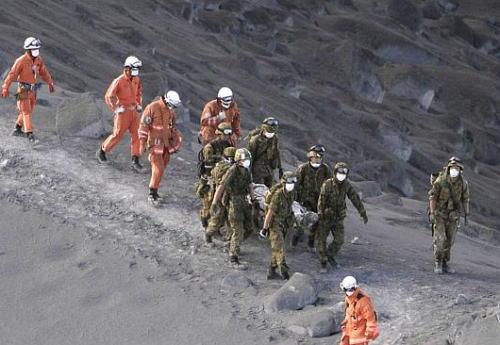 御嶽山の噴火、山頂付近での救助活動の結果31人の心肺停止状態の登山客を確認 … 硫黄の臭いが強くなり本日の山頂付近での救助活動を中断、下山を開始