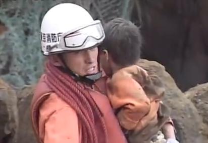 中越地震から10年、車ごと生き埋めになり4日後に奇跡的に助け出された2歳の男の子、柔道に夢中な中学生に成長 … 「将来は自衛隊や消防など命を助ける仕事がしたい。自分も人を守りたい」