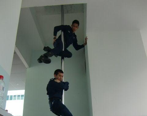 「けがへの配慮」「階段の方が速い」… サイレンとともに隊員が2階からすべり降りる出動シーンでおなじみの消防署「滑り棒」、全国的に撤去が進む