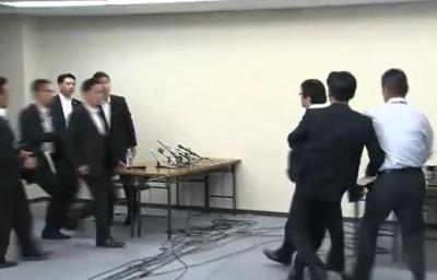 橋下「お前帰れ」 桜井「帰れさっさと!」 橋下「ここは大阪市役所だぞ。おまえが帰れ」 … 橋下徹大阪市長と在特会の桜井会長が会談、わずか10分で終了。討論とは言えないものに (動画)