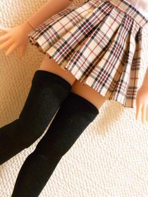 【画像あり】女の子のスカートとソックスの微妙な間に見える肌は至高wwwwwwww